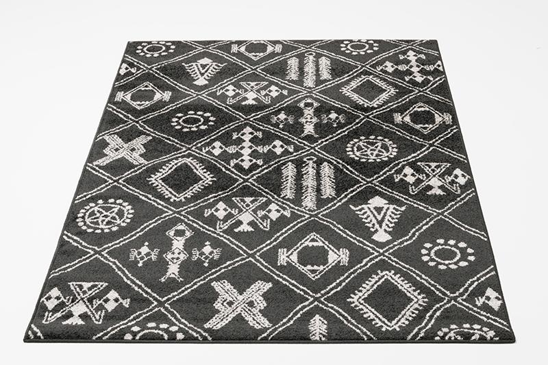 musta kuvioitu matto