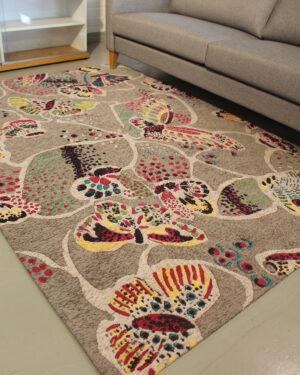harmaa perhoskuvioitu matto